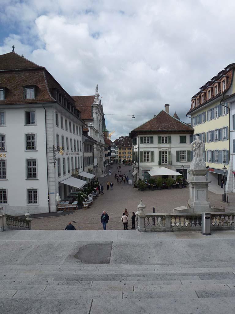 Im Hintergrund liegt die wunderschöne Kirche von Solothurn
