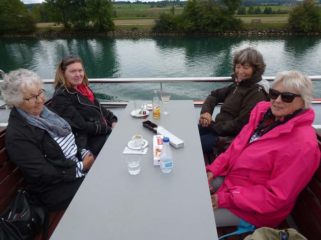 Gemütliche Schifffahrt mit der Bielersee Schifffahrt und Getränken