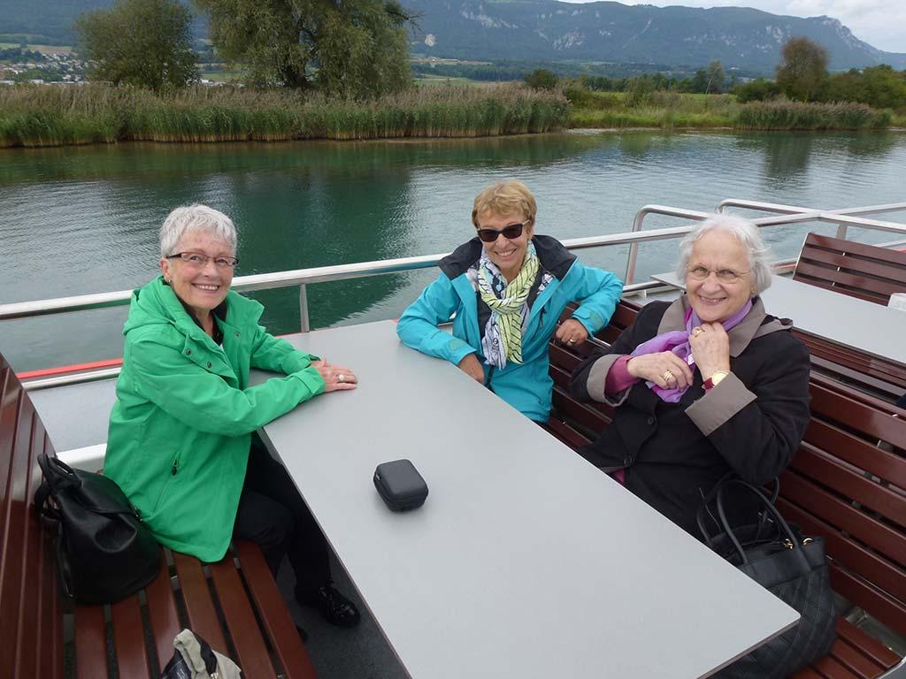 Gemeinsame Schifffahrt mit glücklichen Mitgliedern