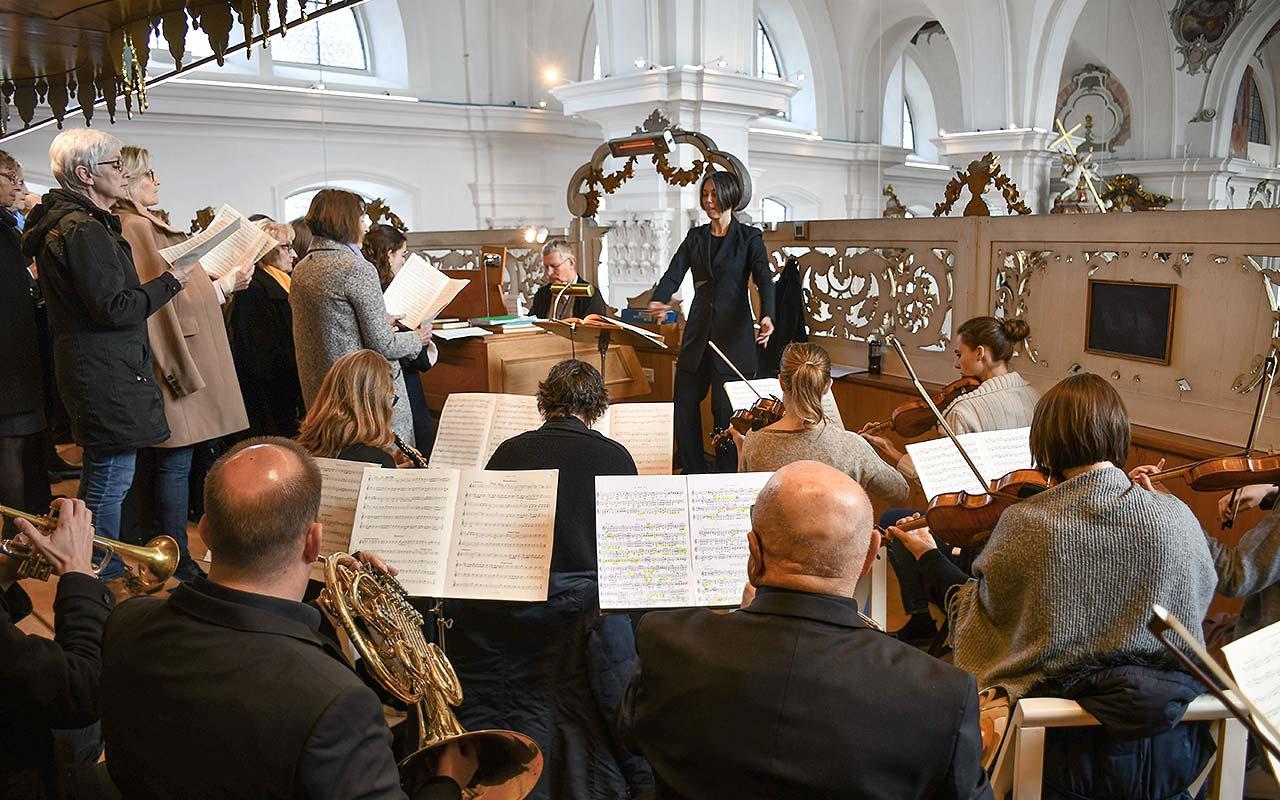 Der Kirchenchor Schwyz wird durch das Orchester unterstützt.